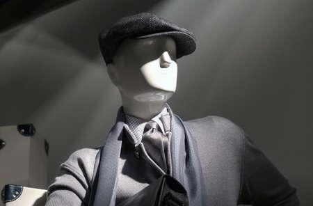 회색 스웨터, 모자, 줄무늬 셔츠, 스카프와 넥타이에 마네킹.