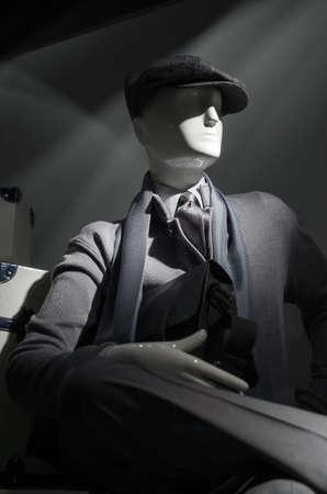 회색 스웨터, 모자, 스트라이프 셔츠, 스카프와 넥타이에 마네킹.