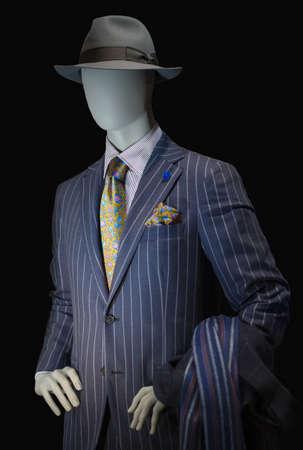 보라색 스트라이프 정장, 스트라이프 셔츠, 노란 실크 넥타이, 손수건, 회색 모자로 된 마네킹.