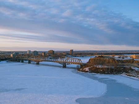 오타와, 캐나다 (복사본 공간)에서 냉동 된 강과 다리의 의회 힐에서 볼.