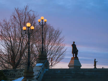겨울 저녁 오타와의 의회 언덕에서 기념비