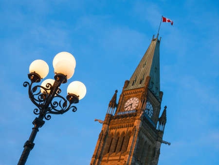 램프 게시물 및 캐나다 국기와 시계탑. 스톡 콘텐츠