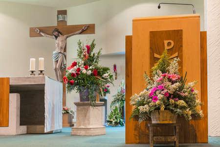 신랑에게 결혼식을 장식 한 교회의 내부