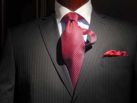 화이트 칼라, 스트라이프 레드 넥타이와 빨간 손수건 블루 스트라이프 셔츠와 어두운 회색 스트라이프 재킷의 근접
