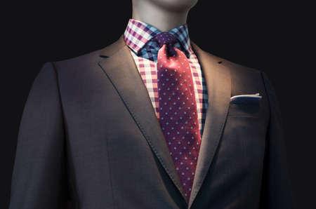 바둑판 무늬 셔츠와 빨간 넥타이 검은 색 바탕에 절연 갈색 재킷 클리핑 경로 포함