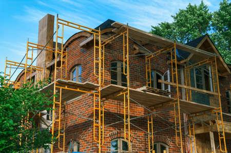 그것은 스 캐 폴딩 ariund와 건설중인 럭셔리 벽돌 저택