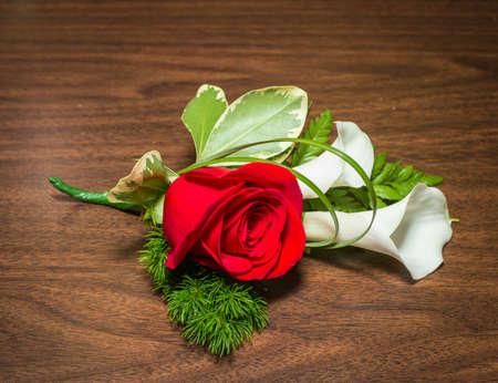 테이블에 장미와 까마귀가있는 아름다운 boutonniere