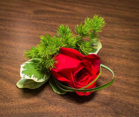 테이블에 장미와 아름다운 boutonniere
