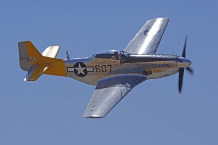 avion de chasse: P-51 Mustang WWII fighter airplane flying at Air Show