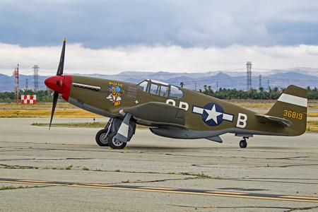 滑走路に飛行機 P-51 ムスタング ヴィンテージ第二次世界大戦戦闘機