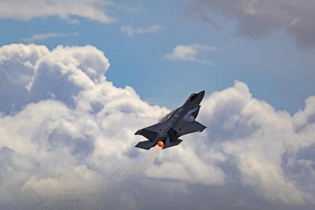 Vliegtuig straaljager verheffen zich in de wolken