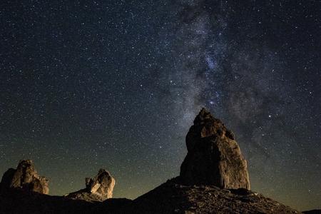 カリフォルニア州の砂漠でトロナ ピナクルズで天の川 写真素材
