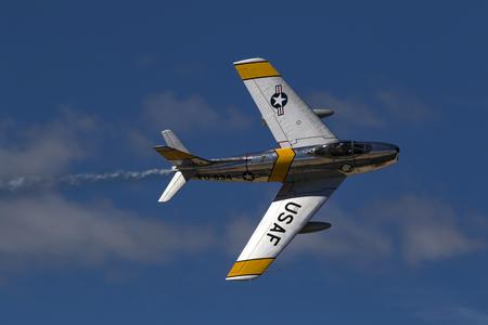 kampfhund: Flugzeug F-86 Saber Jet fliegen auf Air Show