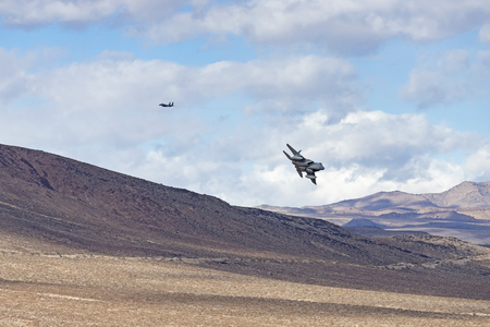 Military jets flying low at the California desert Banque d'images