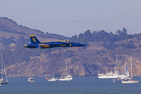 Blue Angels F-18 flying low and fast at San Francisco Publikacyjne