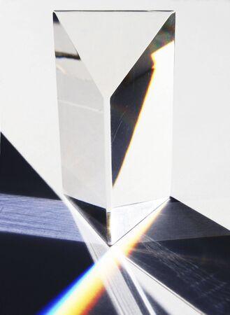 Eine Brechung Prisma wei�es Licht in die Farben des Spektrums sowie mit Reflexion.