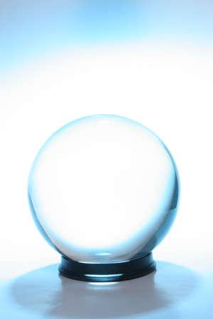 青い光に囲まれて水晶玉