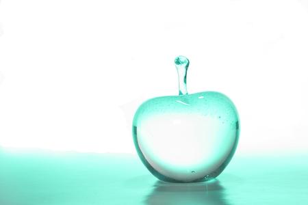 内に緑色の光でのガラス ・ アップル、