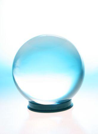 bola de cristal: Bola de cristal con banda de luz azul Foto de archivo