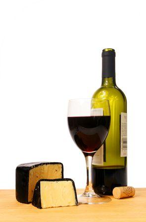 Rotwein und K�se auf eine Holzbrett