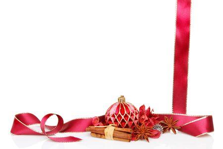 flores secas: Marco de la Navidad con temas o en la frontera con una decoraci�n chucher�a, popurr�, canela, especias, an�s estrellado y el oro subi� un lazo rojo Foto de archivo