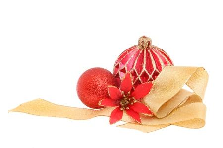 Weihnachtsdekoration roten und goldenen Glitter Kugeln Seide Blume und Goldband gegen wei�e isoliert