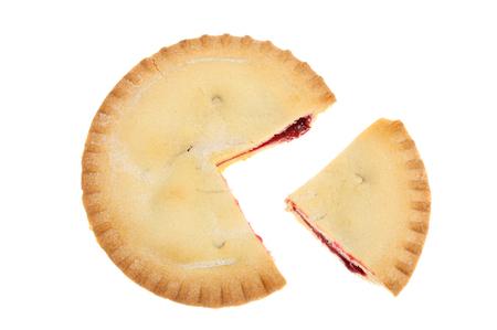 Cherry pie mit einer Scheibe heraus vor weißem geschnitten