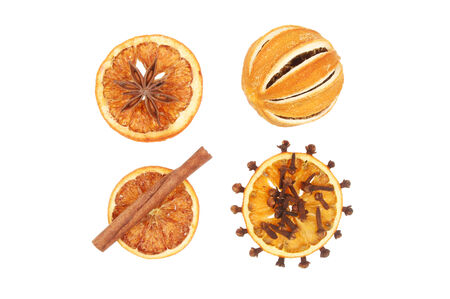 orange peel clove: Orange essiccati con cannella, anice stellato e chiodi di garofano isolato contro bianco