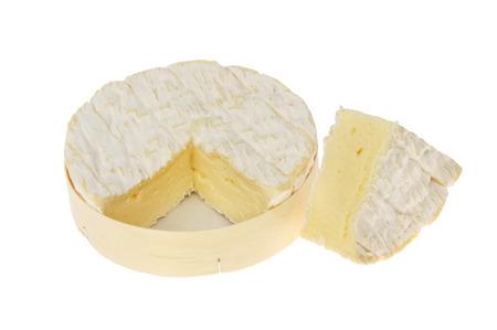 白に対して分離されたウェッジでラウンド ボックスでカマンベール チーズ カット