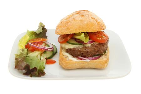 치즈 버거는 샐러드와 샐러드와 흰색에 대 한 격리 접시에 장식 효 모 롤 스톡 콘텐츠