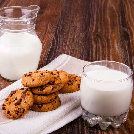 Chocolate chip cookies and a cup of milk 免版税图像