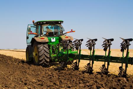 siembra: Tractor agrícola arando un campo antes de la siembra Foto de archivo