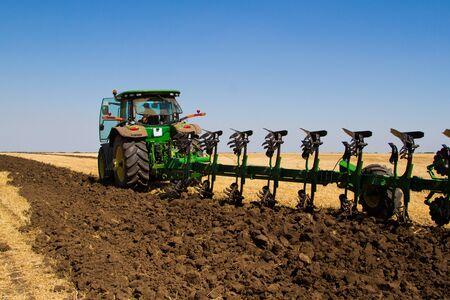 arando: Tractor agr�cola arando un campo antes de la siembra Foto de archivo
