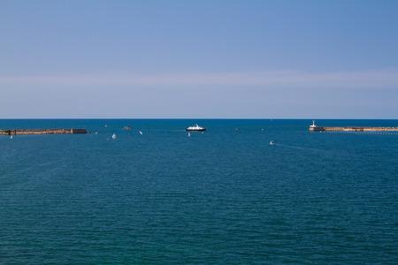 deportes nauticos: Los barcos de vela en un d�a claro y soleado. Marina.