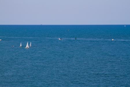 deportes nauticos: Los barcos de vela en un día claro y soleado. Marina.
