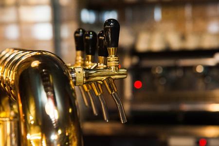Or robinets de bière brillant dans le bar de bière Banque d'images - 88766152