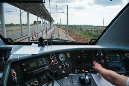 Interieur van de cabine van een elektrische treinbestuurder