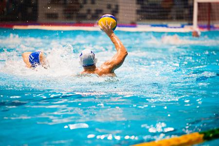 Waterpolo actie in een zwembad