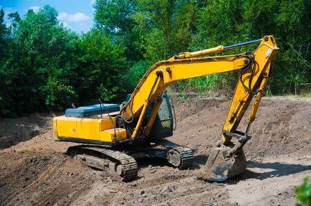 Koparka pracująca przy usuwaniu ziemi na placu budowy