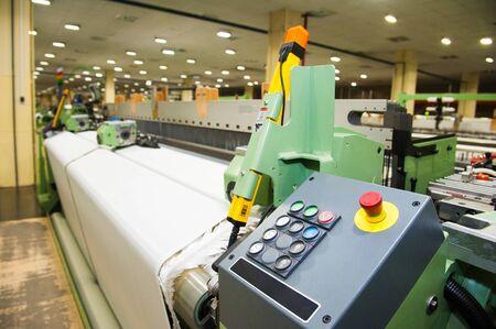 Produktionslinie für Industriestoffe. Webstühle in einer Textilfabrik