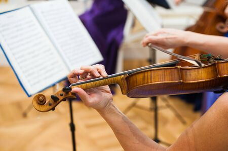 Manos del jugador de violín. Violinista tocando el violín cerrar