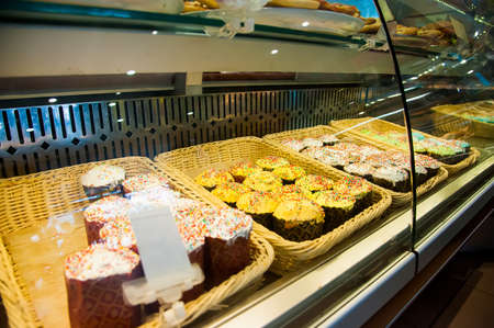 Easter holiday. Sale of Easter cakes in the store Standard-Bild