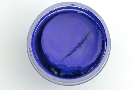 The view from the top on a can of dark blue paint on a white background. Standard-Bild - 115666568