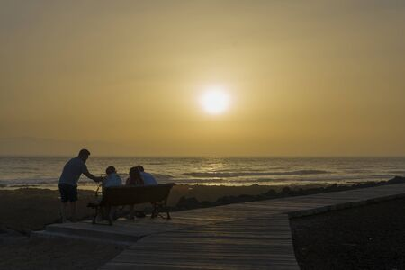 Sunset in Tenerife overlooking the ocean. Tourists on vacation at sunset. The concept of tourism and outdoor recreation. 免版税图像