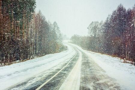 adverso: Camino nevado Tierra En El Invierno. Adversas condiciones meteorol�gicas Foto de archivo