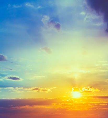 Zon, zonsondergang, zonsopgang. Kleurrijke afgezwakt instant foto Stockfoto