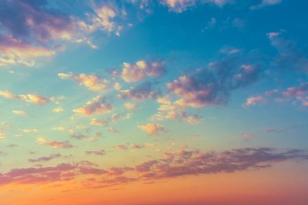 Hemel, helder blauw, oranje en gele kleuren van de zonsondergang. Instant Foto, Kleurtoon Stockfoto