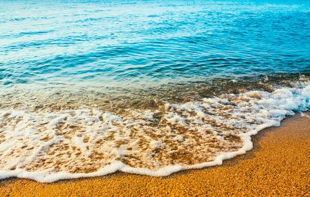 olas de mar: Olas oce�nicas del mar de lavado m�s de arena dorada playa de fondo