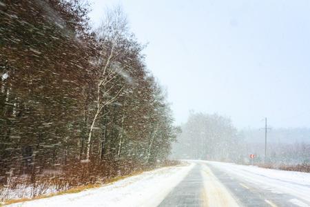adverso: Camino nevado Tierra En El Invierno. Las condiciones clim�ticas adversas Foto de archivo