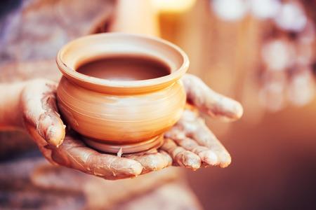 ollas de barro: Artesanía de cerámica de arcilla cerámica En Potter Mano humana. Virada Foto inmediata